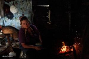 18_Un moment de pauza, asteptand langa foc sa fiarba balmosul